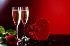 De Achtergrond van de valentijnskaartendag met champagne royalty-vrije stock afbeeldingen