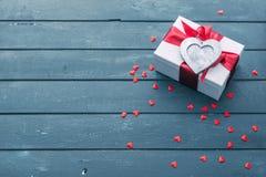 De achtergrond van de valentijnskaartendag met giftdoos Stock Afbeeldingen