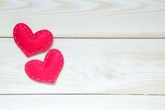De achtergrond van de valentijnskaartendag met harten op de houten lijst, hoogste mening royalty-vrije stock foto's