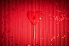 De achtergrond van de valentijnskaartendag met rood geribbeld document met lolly voor minnaars royalty-vrije stock afbeelding
