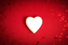 De achtergrond van de valentijnskaartendag met rood geribbeld document met witte storaxschuimharten voor minnaars stock foto