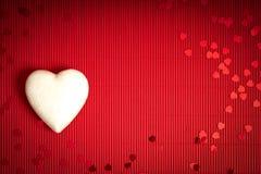 De achtergrond van de valentijnskaartendag met rood geribbeld document met witte storaxschuimharten voor minnaars royalty-vrije stock foto