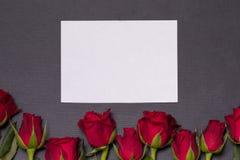 De achtergrond van de valentijnskaartendag, naadloze zwarte achtergrond, rode rozen, witte epmty kaart, de vrije ruimte van de ex stock foto's