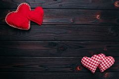 De achtergrond van de valentijnskaartendag Rode en geruite stoffenharten op DA Royalty-vrije Stock Afbeeldingen