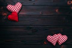 De achtergrond van de valentijnskaartendag Rode en geruite stoffenharten op DA Stock Afbeelding