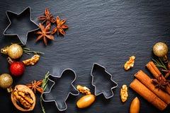 De achtergrond van voedselkerstmis voor het bakken of het koken door kruiden, noten Stock Afbeelding