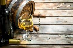 De achtergrond van de wijn Vat witte wijn stock foto's