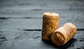 De achtergrond van de wijn De wijnfles kurkt stock fotografie