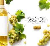 De achtergrond van de wijnlijst; zoete witte druiven en wijnfles stock afbeeldingen