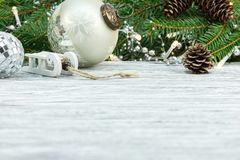 De achtergrond van de de wintervakantie met Kerstmisdecoratie stock afbeeldingen