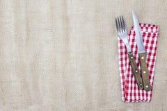 De achtergrond voor het menu Canvastafelkleed, vork, mes en servet voor lapjes vlees Wordt gebruikt om een menu voor een steakhou Stock Foto's