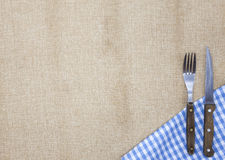 De achtergrond voor het menu Tafelkleed van jute, vork, mes voor lapje vlees en servet Wordt gebruikt om een menu voor lapje vlee Stock Afbeeldingen