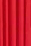 De achtergrond wordt gedrapeerd in heldere rode doek Royalty-vrije Stock Afbeeldingen