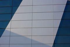De achtergrondmuur van het gebouw De plastic panelen Een transparant paneel is groene overzees Ondoorzichtig wit paneel stock afbeeldingen