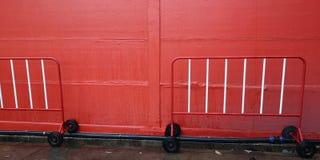 De achtergrondtextuur heeft de rode en witte kleur van de verkeersbarrière en HDPE pijp, de hulpmiddelen van de buishardware stock fotografie