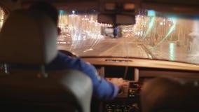 De achtermening van bestuurder in auto die zich vooruit in grote stad bewegen verfraaide fot nieuwe jaar en Kerstmis stock footage