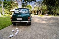 De achtermening van een uitstekende auto met enkel gehuwde teken en blikken maakte en mooi landschap vast Stock Fotografie