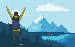 De achtermening van de gelukkige wandelaarmens met opgeheven dient de bergen in De boot op het water, kampvuur naast de toerist Royalty-vrije Stock Afbeeldingen
