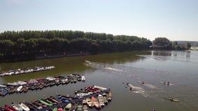 De achterstand inlopende groep mensen in kajaks, Backa Palanka, Servië stock video