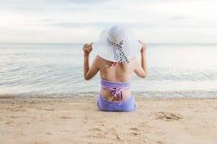 De achterzitting van het vrouwenmeisje op tropisch strand royalty-vrije stock foto's