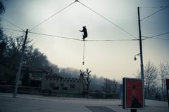 De acrobaat draagt beeldhouwwerk in Barenpark, Bern, Zwitserland stock foto's
