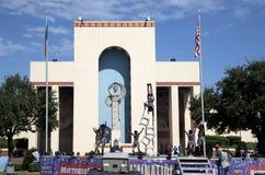 De Acrobaten die van Nice bij de Markt van de Staat van Texas presteren Stock Foto