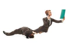De acrobaten vertegenwoordigen concept krapte op de arbeidsmarkt Stock Afbeelding