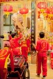 De acrobaten voeren een leeuw en draakdans uit Stock Afbeelding