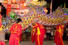 De acrobaten voeren een leeuw en draakdans uit Stock Foto's