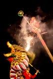 De acrobaten voeren een leeuw en draakdans uit Royalty-vrije Stock Fotografie