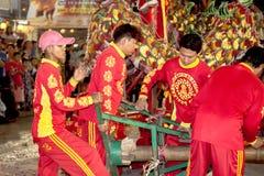 De acrobaten voeren een leeuw en draakdans uit Royalty-vrije Stock Foto