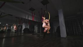 De acrobatische vrouwen omcirkelen op luchthoepel stock videobeelden