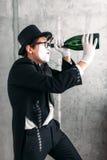 De acteur die van het pantomimetheater met grote fles presteren Royalty-vrije Stock Afbeelding