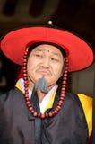 De acteur in het traditionele Koreaanse reageren toont Stock Afbeelding
