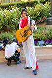 De acteur kleedde zich aangezien Elvis Presley voor de camera in Las Vegas stelt Stock Afbeeldingen