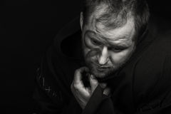 De acteur onder het mom van een monnik op een donkere achtergrond Stock Foto