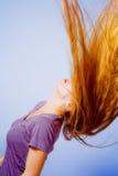De actie van het kapsel - vrouw met lang haar in motie stock foto