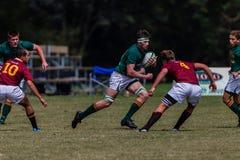 De spelers door:sturen het Rugby Glenwood van de Bal royalty-vrije stock fotografie