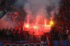 De actie van Pasoepati van voetbalverdedigers terwijl het steunen van zijn favoriet team Persis Solo Royalty-vrije Stock Foto