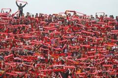 De actie van Pasoepati van voetbalverdedigers terwijl het steunen van zijn favoriet team Persis Solo Stock Fotografie