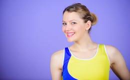 De acties spreken luider dan bussen De ruimte van het exemplaar Gelukkige Vrouw in Sportkleding goede gezondheids goede stemming  stock foto