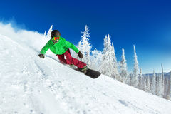 De actieve close-up van snowboarder snowboarding ritten Stock Foto