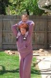De actieve hogere vrouw danst met meisje op schouders Royalty-vrije Stock Afbeeldingen