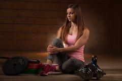 De actieve jonge vrouw werkt met domoren in geschiktheidsgymnastiek uit Stock Foto