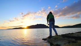 De actieve man vist op overzees van het rotsachtige de controle duwende aas van de kustvisser op de vislijn, bereidt staaf voor e stock videobeelden