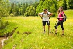 De actieve Mooie jonge paar aard die van wandelingsina heuvel beklimmen of Stock Foto