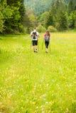 De actieve Mooie jonge paar aard die van wandelingsina heuvel beklimmen of Stock Afbeeldingen