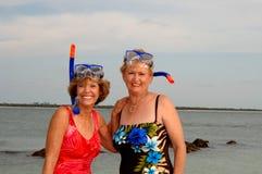 De actieve oudere vrouwen snorkelen Stock Afbeeldingen