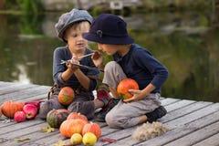 De actieve pompoenen van Halloween van de jonge geitjesverf kleine Royalty-vrije Stock Afbeelding