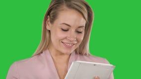 De actieve tablet van de bedrijfsvrouwenholding op het Groen Scherm, Chromasleutel stock videobeelden